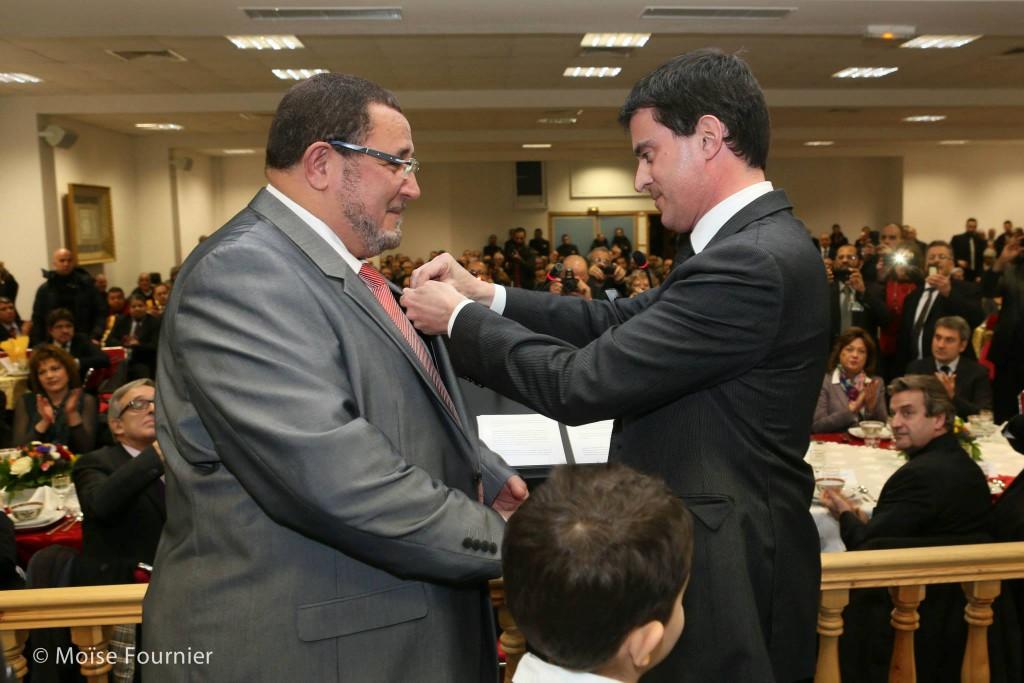 Manuel Valls remet la Légion d'Honneur à Khalil Merroun recteur de la mosquée d'Evry