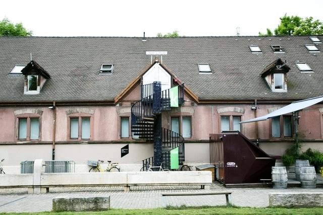 La mosquée est située dans l'ancienne caserne