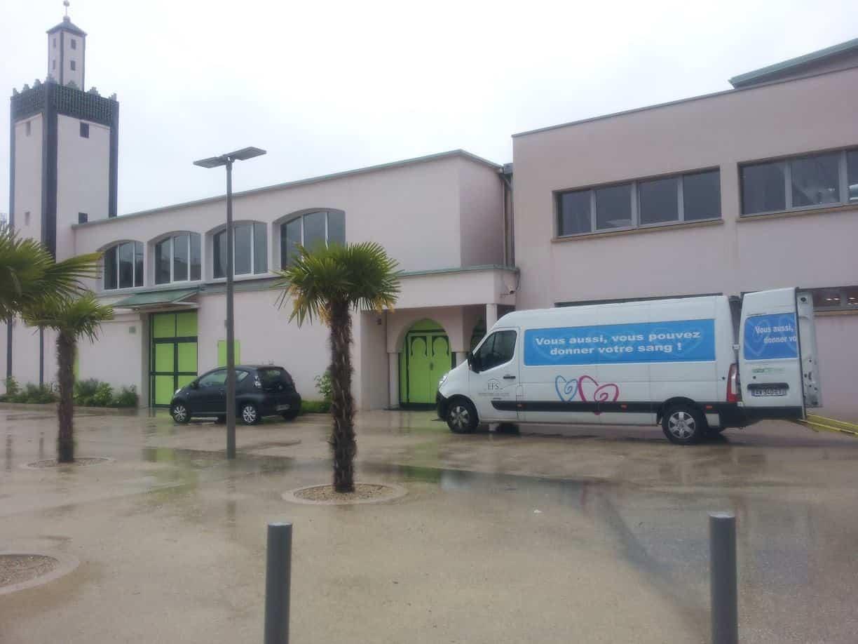 Le véhicule de l'EFS devant la Grande Mosquée, aujourd'hui