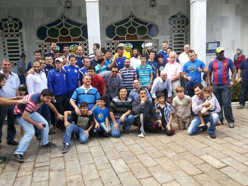 L'image du jour  pause spirituelle pour les joueurs de la Bosnie dans une mosquée brésilienne