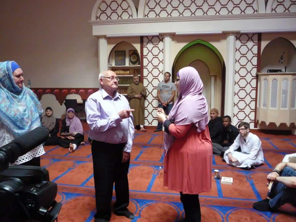 la petite fille qui apprend la Shahada à son grand-père1