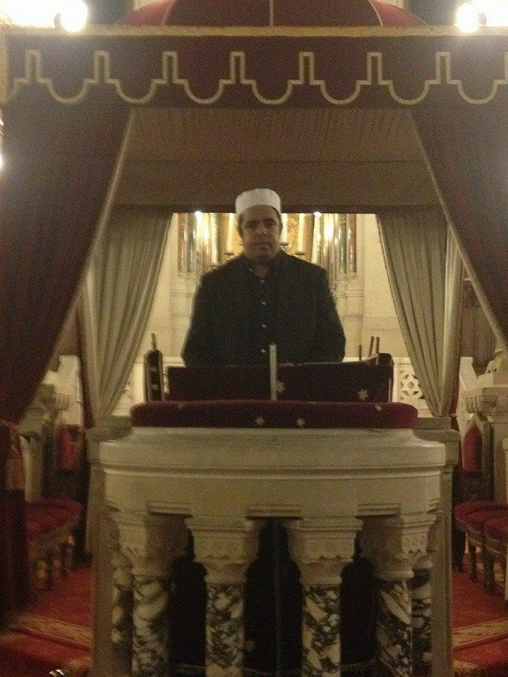 Rachid Birbach sur le mihrab de la synagogue de la Victoire