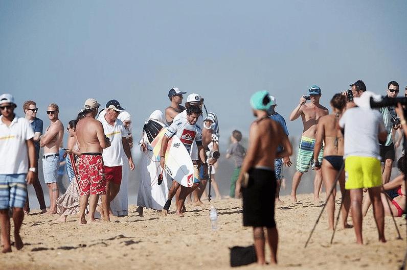 Des femmes en voile sur une plage de Draguigan