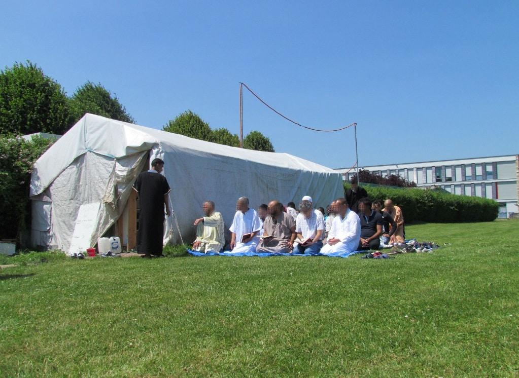 Les musulmans de Rambouillet prient sous une tente