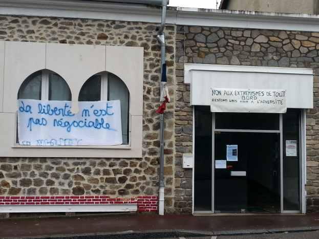 Une banderole (la liberté n'est pas négociable) à la mosquée de Limoges