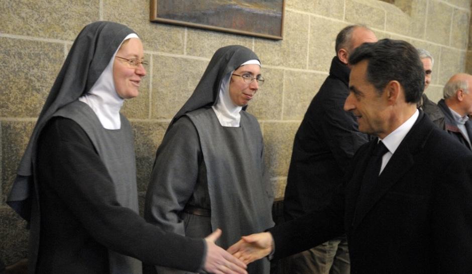 Sarkozy loue l'héritage chrétien de la France et salue des soeurs chrétienens voilées