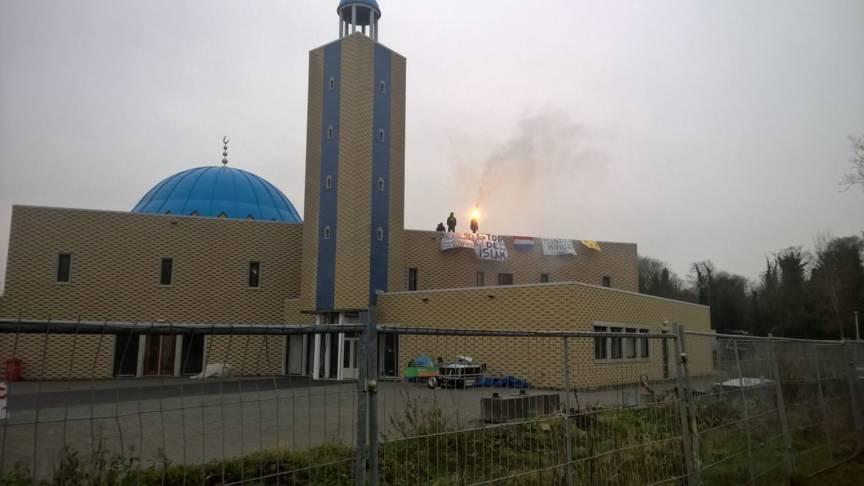 Des identitaires occupent le toit d'une mosquée de Dordrecht