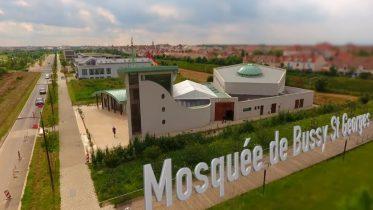 Un drone survole la mosquée de Bussy