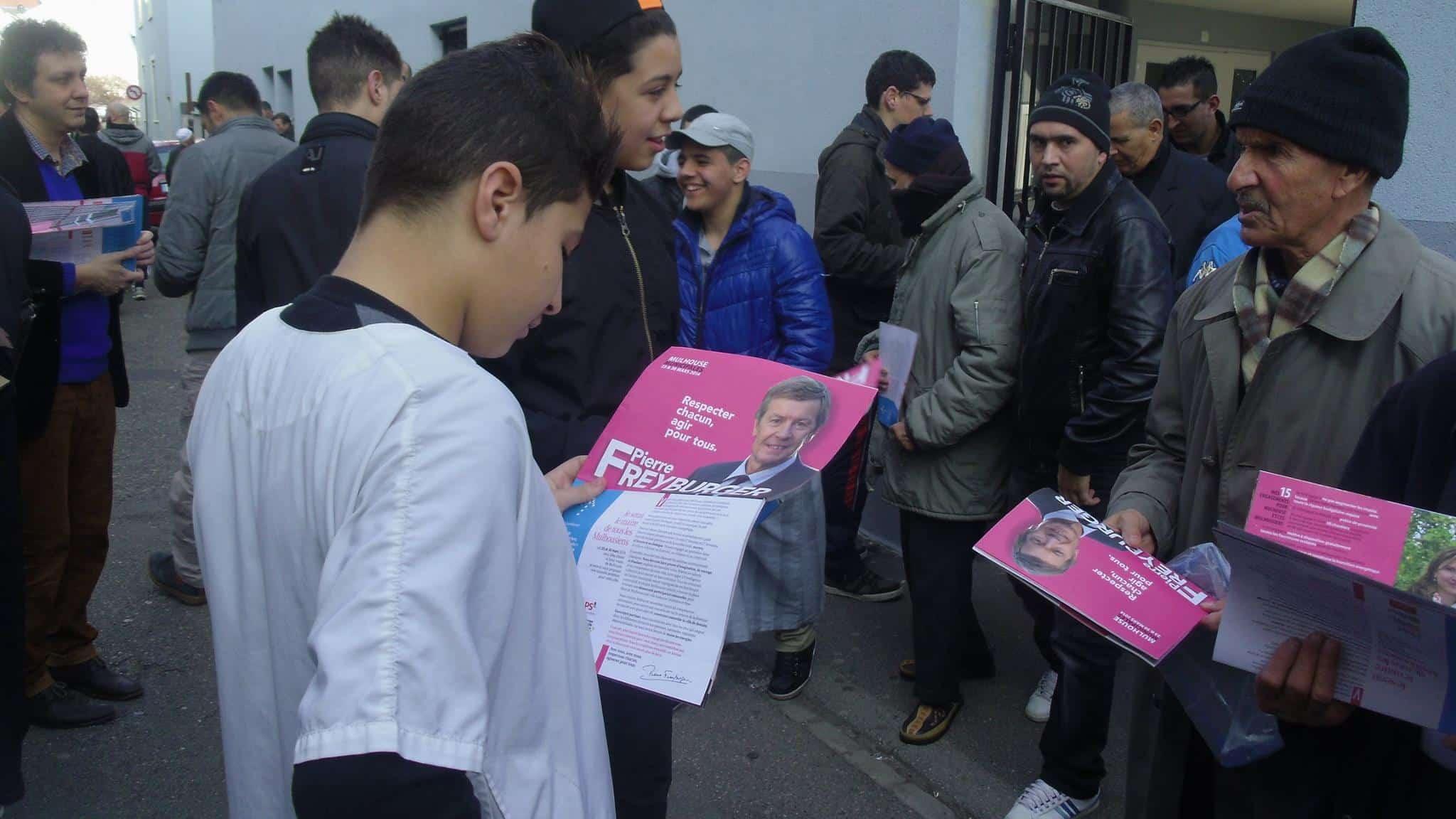 Distribution de tracts de Pierre Dreyburger à la sortie des mosquées à Mulhouse 2