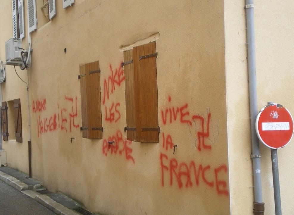 Tags racistes et injurieux sur la mosquée de Pont-de-Beauvoisin