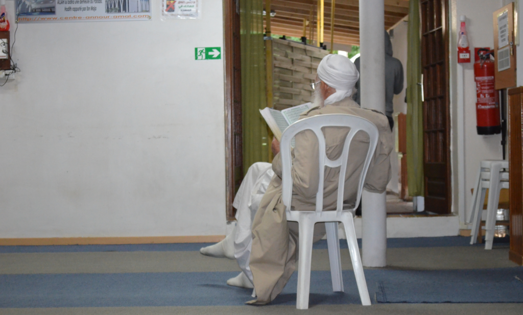 Cet homme ne rate pas une prière à la mosquée