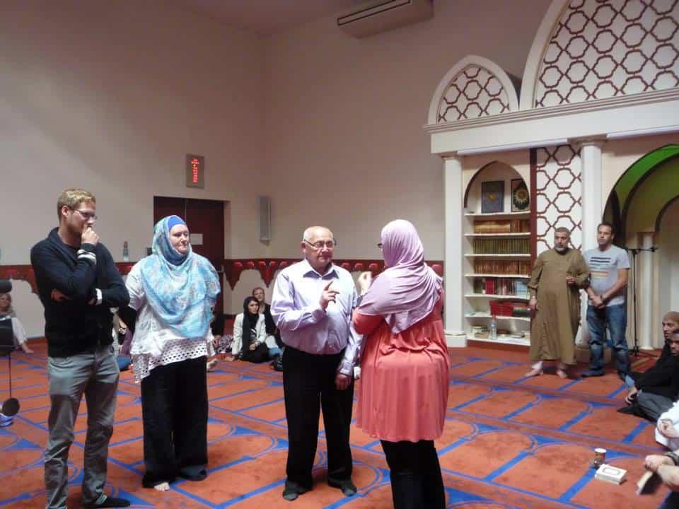 la petite fille qui apprend la Shahada à son grand-père 2