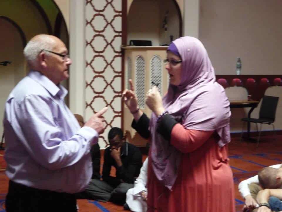 la petite fille qui apprend la Shahada à son grand-père3