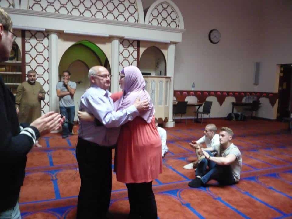 la petite fille qui apprend la Shahada à son grand-père4