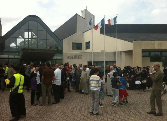 Manif devant la mairie de Saran pour le droit à un lieu de culte