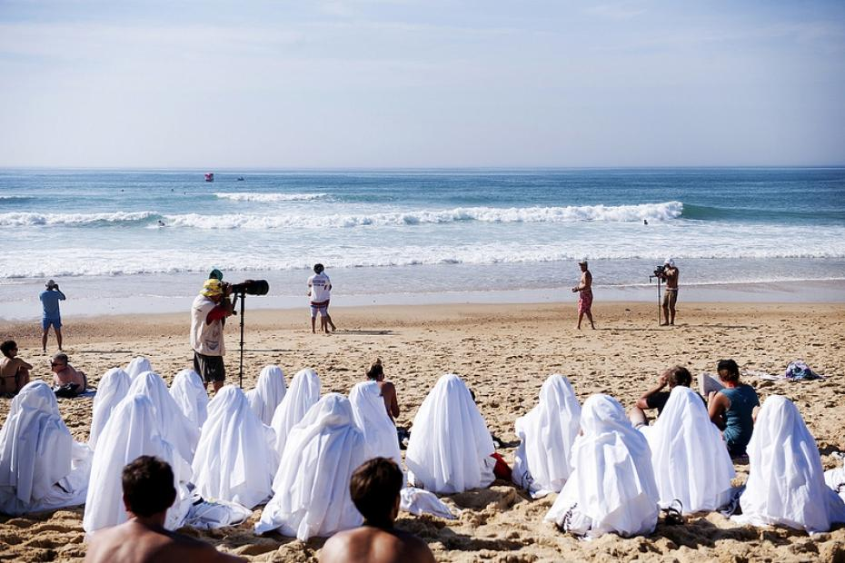 Des femmes voilées sur une plage de Draguigan