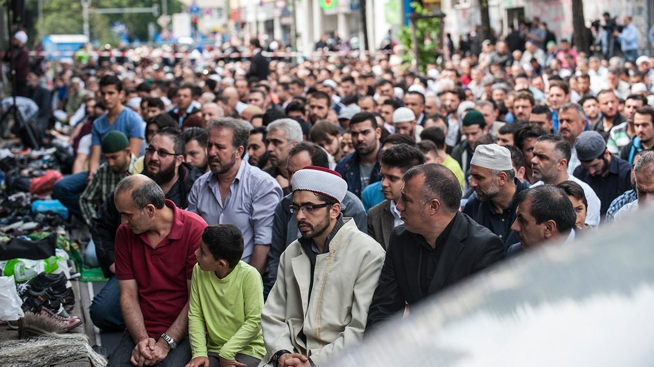 Prière et colère devant une mosquée berlinoise ravagée par un incendie
