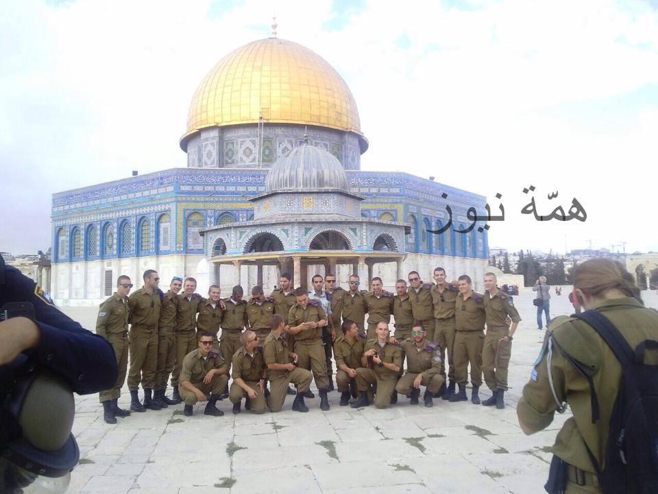 Des soldats sionistes devant le Dôme du Roche
