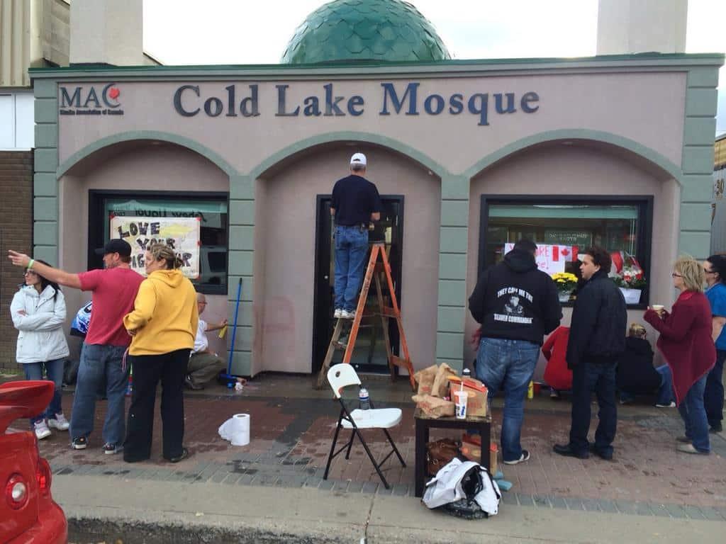 L'image du jour  des citoyens canadiens effacent des tags xénophobes inscrits sur une mosquée 1