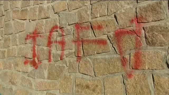 une_inscription_iaf_pour_i_arabi_fora_les_arabes_dehors_a_ete_tracee_sur_un_mur_de_la_salle_de_priere_de_sarrola-carcopino
