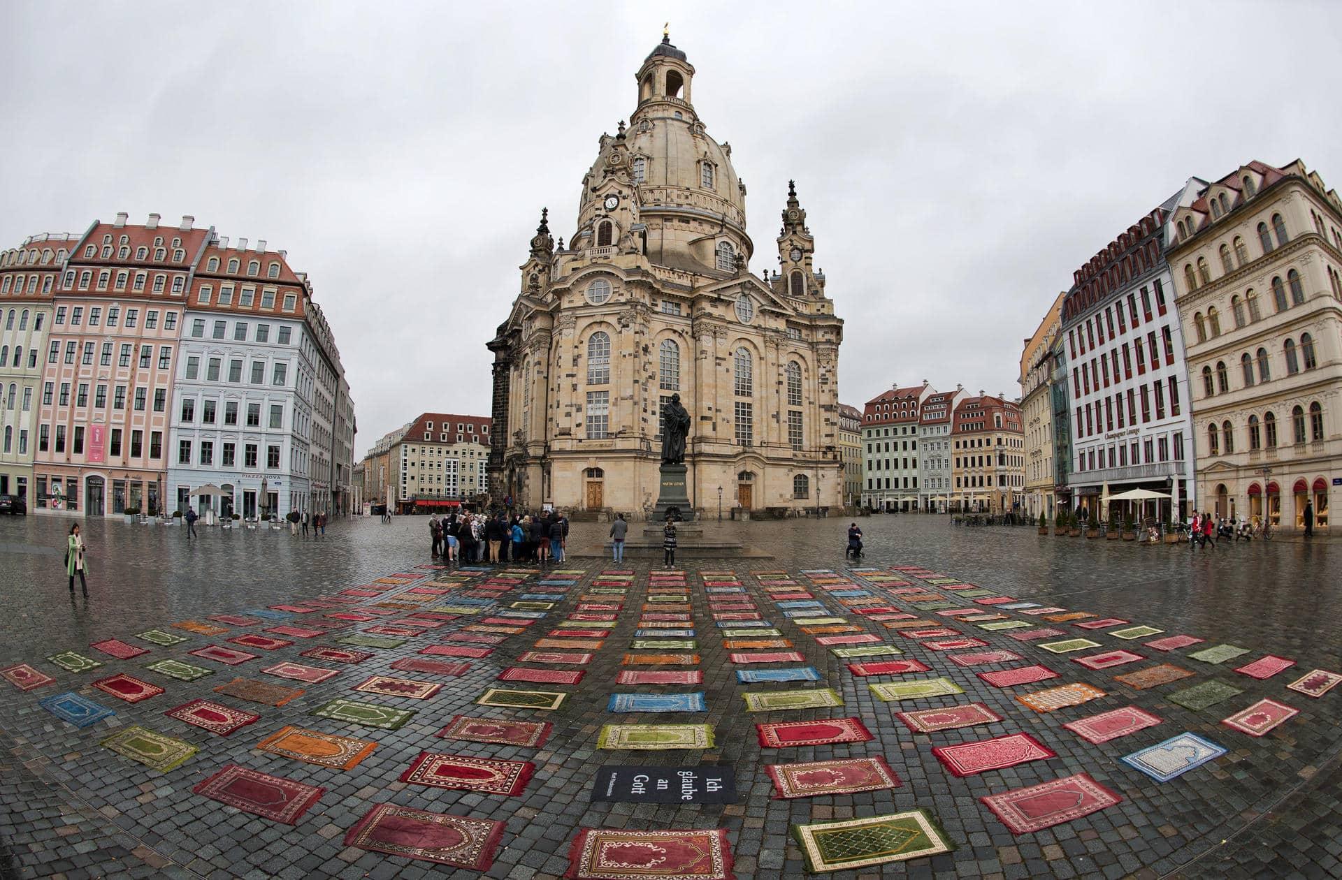 Kunstaktion mit Gebetsteppichen vor Pegida-Demo