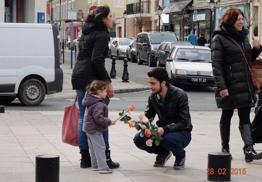 Distribution de roses à Montargis