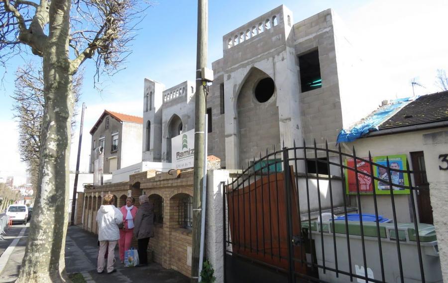 A Fontenay-sous-Bous, une dame s'acharne contre la mosquée