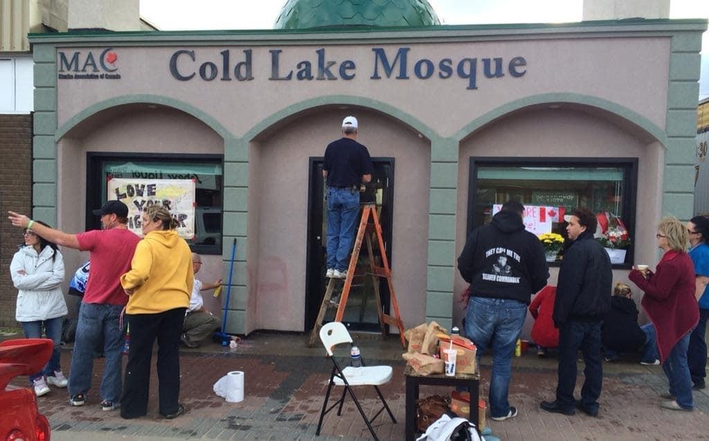 Limage-du-jour-des-citoyens-canadiens-effacent-des-tags-xénophobes-inscrits-sur-une-mosquée-1