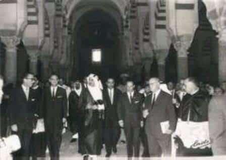 Le roi Fayçal à la mosquée de Cordoue