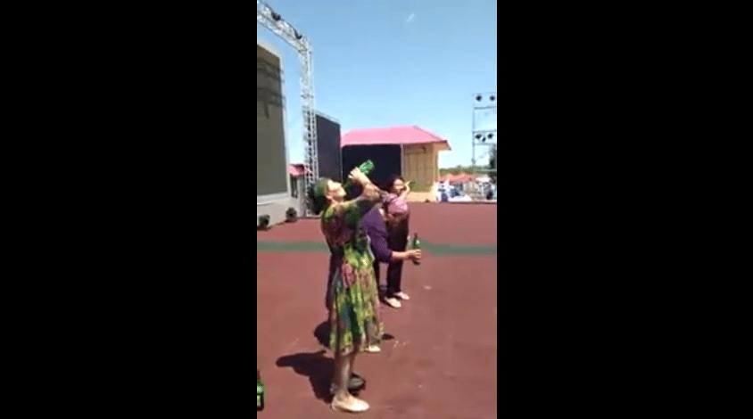 Des femmes ouïghoures forcées de boire de l'alcool en public