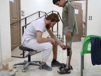 Syrie DIGNITE International offre des prothèses pour aider les blessés à se relever