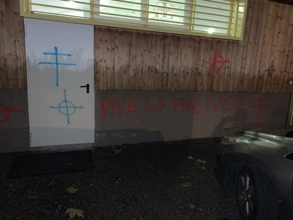 Tags racistes mosquée Gap